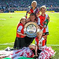 14-05-2017: Voetbal: Feyenoord v Heracles Almelo: Rotterdam<br /> <br /> (L-R) Feyenoord speler Dirk Kuyt viert met zijn kinderen en schaal het landskampioenschap na afloop van het Eredivisie duel tussen Feyenoord en Heracles Almelo op 14 mei 2017 in stadion Feyenoord (de Kuip)<br /> <br /> Eredivisie - Seizoen 2016 / 2017<br /> <br /> Foto: Gertjan Kooij