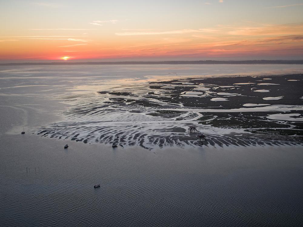 BASSIN D'ARCACHON - VUE AÉRIENNE - l'Ile aux Oiseaux et ses cabanes tchanquées à marée basse et au coucher du soleil