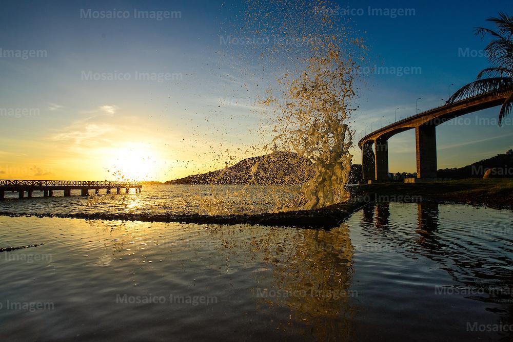 Brasil - Espirito Santo - Vitoria - Amanhecer na Enseada do Sua com vista para Terceira Ponte - Foto: Gabriel Lordello/ Mosaico Imagem
