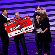 NLD/Hilversum/20100121 - Benefietactie voor het door een aardbeving getroffen Haiti, overhandiging cheque met opbrengst van radio 555 aan de presentatoren Jeroen Pauw, Linda de Mol en Beau van Erven Dorens