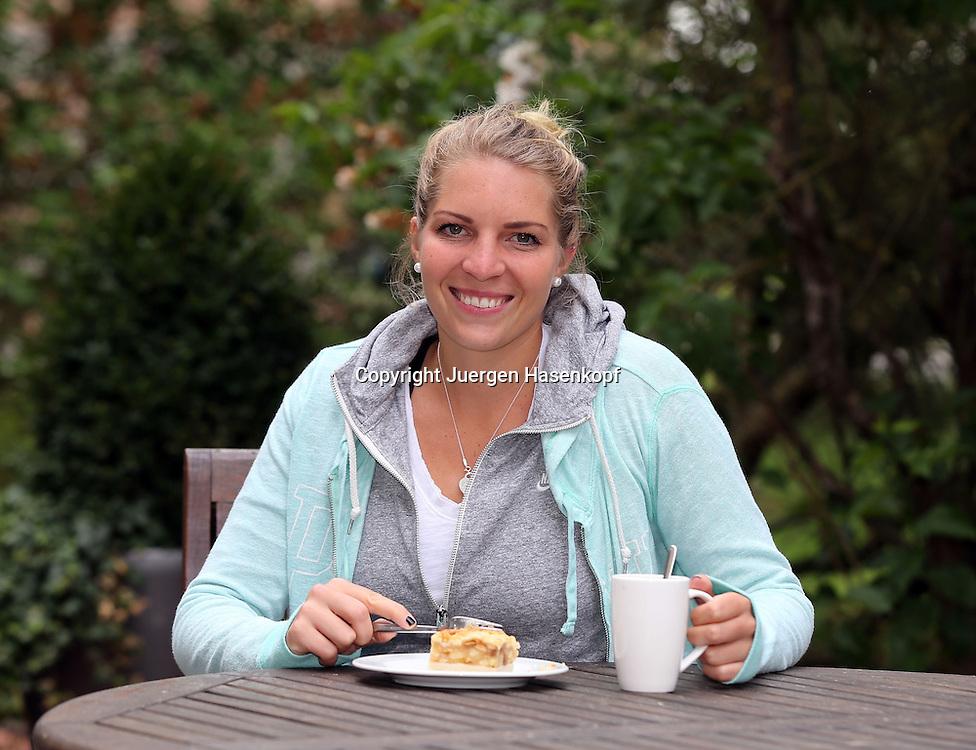 Nuernberger Versicherungscup 2013,WTA Tennis Tournament, Nina Zander (GER) sitzt im Garten mit einem Stueck Kuchen und einer Tasse Kaffee, Einzelbild, Halbkoerper,Querformat privat,Portrait,