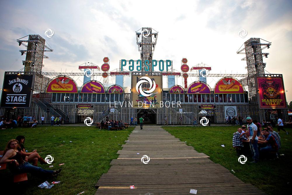 SCHIJNDEL - De eerste bezoekers van Paaspop 2011 druppelen binnen. FOTO LEVIN DEN BOER - PERSFOTO.NU