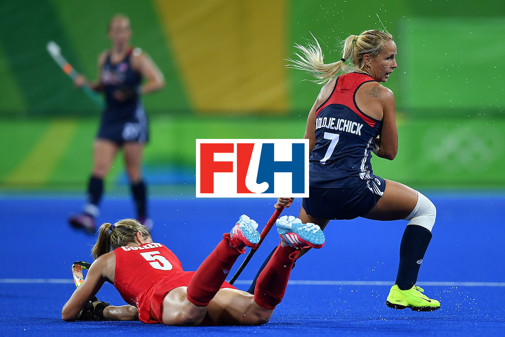 USA's Kelsey Kolojejchick (R) and Britain's Crista Cullen vie during the women's field hockey Britain vs the USA match of the Rio 2016 Olympics Games at the Olympic Hockey Centre in Rio de Janeiro on August, 13 2016. / AFP / MANAN VATSYAYANA        (Photo credit should read MANAN VATSYAYANA/AFP/Getty Images)