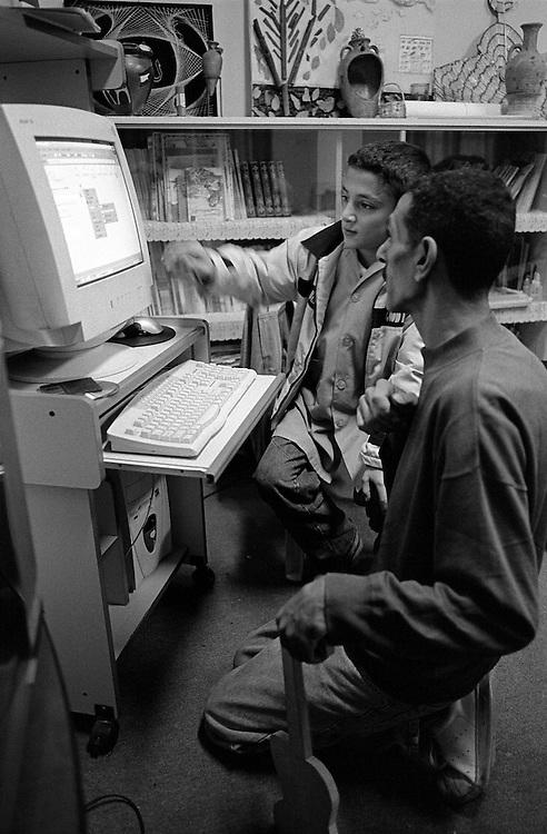 Shatila. 3 years ago, Jamal Al Hindawi got interested in computers. Since then he has built 2 computers with second or third hand parts, learned how to use them and has given himself the mission to familiarise the children with this &quot;tool of the future&quot;.<br />  <br /> Chatila. Il y a 3 ans, Jamal al Hindawi s'est int&eacute;ress&eacute; aux ordinateurs. Depuis, il a mont&eacute; deux ordinateurs avec des pi&egrave;ces d&eacute;tach&eacute;s de deuxi&egrave;me ou troisi&egrave;me main, a appris l'informatique en autodidacte et s'est donn&eacute; comme mission de familiariser les enfants des primaires avec cet outil de l'avenir.