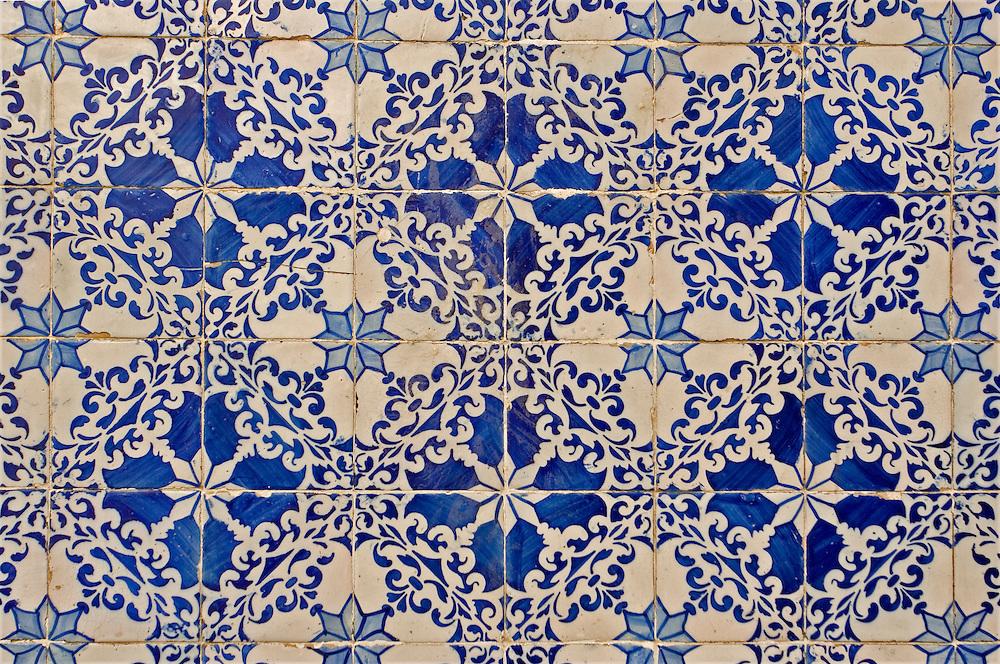 Detail of a traditional tiled wall in Chiado (Lisbon).<br /> Detalle de una pared de Chiado con los mosaicos azules y blancos tradicionales de Lisboa.