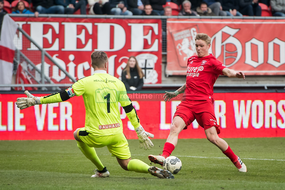 (L-R) goalkeeper Sergio Padt of FC Groningen, Hans Fredrik Jensen of FC Twente during the Dutch Eredivisie match between FC Twente Enschede and FC Groningen at the Grolsch Veste on March 04, 2018 in Enschede, The Netherlands