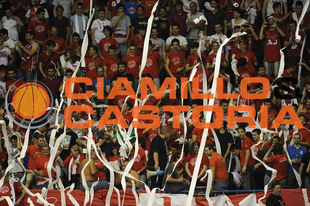 DESCRIZIONE : Milano  Lega A 2011-12 EA7 Emporio Armani Milano Scavolini Siviglia Pesaro play off semifinale gara 2<br /> GIOCATORE : tifosi<br /> CATEGORIA : tifosi<br /> SQUADRA : EA7 Emporio Armani Milano<br /> EVENTO : Campionato Lega A 2011-2012 Play off semifinale gara 2 <br /> GARA : EA7 Emporio Armani Milano Scavolini Siviglia Pesaro<br /> DATA : 31/05/2012<br /> SPORT : Pallacanestro <br /> AUTORE : Agenzia Ciamillo-Castoria/ GiulioCiamillo<br /> Galleria : Lega Basket A 2011-2012  <br /> Fotonotizia : Milano  Lega A 2011-12 EA7 Emporio Armani Milano Scavolini Siviglia Pesaro play off semifinale gara 2<br /> Predefinita :