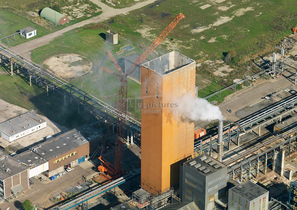 Op het bedrijventerrein van Yara Sluiskil is gestart met de sloop van een van de karakterestieke torens door Hofstede uit Rotterdam