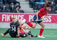 AMSTELVEEN  - Bente van der Veldt (Laren) ontwijkt Ilse Kappelle (Adam) en Pam van Asperen (Laren) , die met elkaar in botsing komen,  tijdens de hoofdklasse competitiewedstrijd hockey dames , Amsterdam-Laren (3-0)  , COPYRIGHT KOEN SUYK