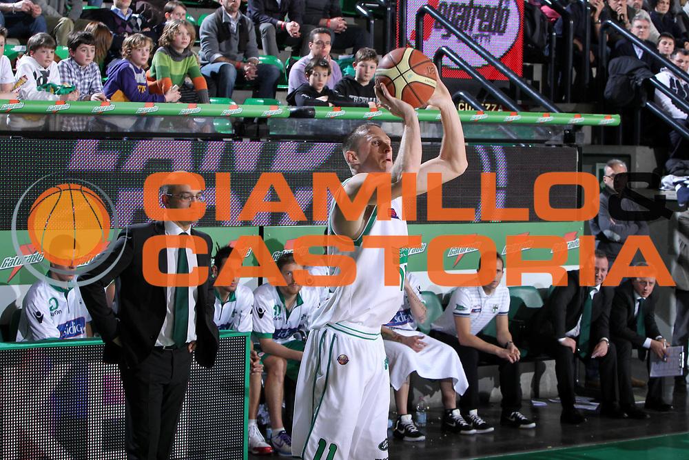 DESCRIZIONE : Treviso Lega A 2011-12 Benetton Treviso Sidigas Avellino<br /> GIOCATORE : Jobey Thomas<br /> SQUADRA : Benetton Treviso Sidigas Avellino<br /> EVENTO : Campionato Lega A 2011-2012 <br /> GARA : Benetton Treviso Sidigas Avellino<br /> DATA : 04/02/2012<br /> CATEGORIA : Tiro<br /> SPORT : Pallacanestro <br /> AUTORE : Agenzia Ciamillo-Castoria/G.Contessa<br /> Galleria : Lega Basket A 2011-2012 <br /> Fotonotizia : Treviso Lega A 2011-12 Benetton Treviso Sidigas Avellino<br /> Predfinita :