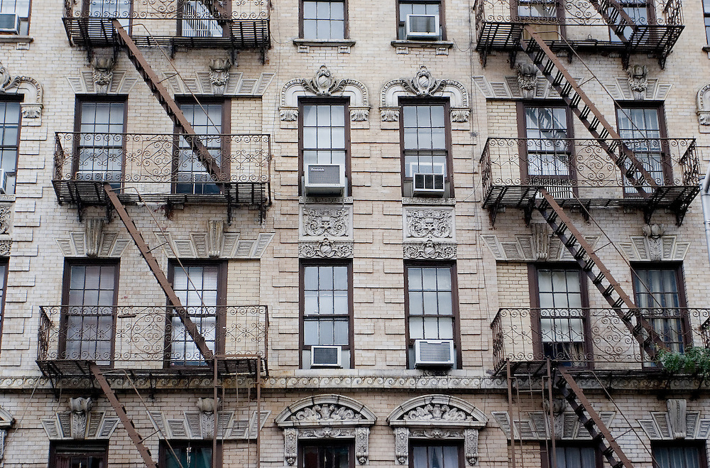 Detalle de la fachada de un edificio en Little Italy, en Manhattan, con las clásicas escaleras de incendios de Nueva York.