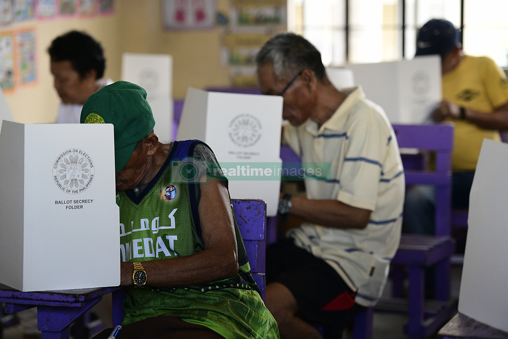 May 13, 2019 - Manila, Manila, Philippines - Filipino residents casts their votes in the national mid-terms elections at a polling station in Manila, Philippines, May 13, 2019. (Credit Image: © Richard Atrero De Guzman/NurPhoto via ZUMA Press)