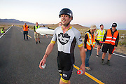 Gareth Hanks tijdens de vierde racedag. In Battle Mountain (Nevada) wordt ieder jaar de World Human Powered Speed Challenge gehouden. Tijdens deze wedstrijd wordt geprobeerd zo hard mogelijk te fietsen op pure menskracht. Het huidige record staat sinds 2015 op naam van de Canadees Todd Reichert die 139,45 km/h reed. De deelnemers bestaan zowel uit teams van universiteiten als uit hobbyisten. Met de gestroomlijnde fietsen willen ze laten zien wat mogelijk is met menskracht. De speciale ligfietsen kunnen gezien worden als de Formule 1 van het fietsen. De kennis die wordt opgedaan wordt ook gebruikt om duurzaam vervoer verder te ontwikkelen.<br /> <br /> In Battle Mountain (Nevada) each year the World Human Powered Speed ​​Challenge is held. During this race they try to ride on pure manpower as hard as possible. Since 2015 the Canadian Todd Reichert is record holder with a speed of 136,45 km/h. The participants consist of both teams from universities and from hobbyists. With the sleek bikes they want to show what is possible with human power. The special recumbent bicycles can be seen as the Formula 1 of the bicycle. The knowledge gained is also used to develop sustainable transport.