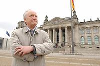 10 MAR 2003, BERLIN/GERMANY:<br /> Heinrich August Winkler, Professor fuer neuste Geschichte an der Humbold-Universitaet Berlin, vor dem Reichstagsgebaeude<br /> IMAGE: 20030310-01-030<br /> KEYWORDS: Historiker