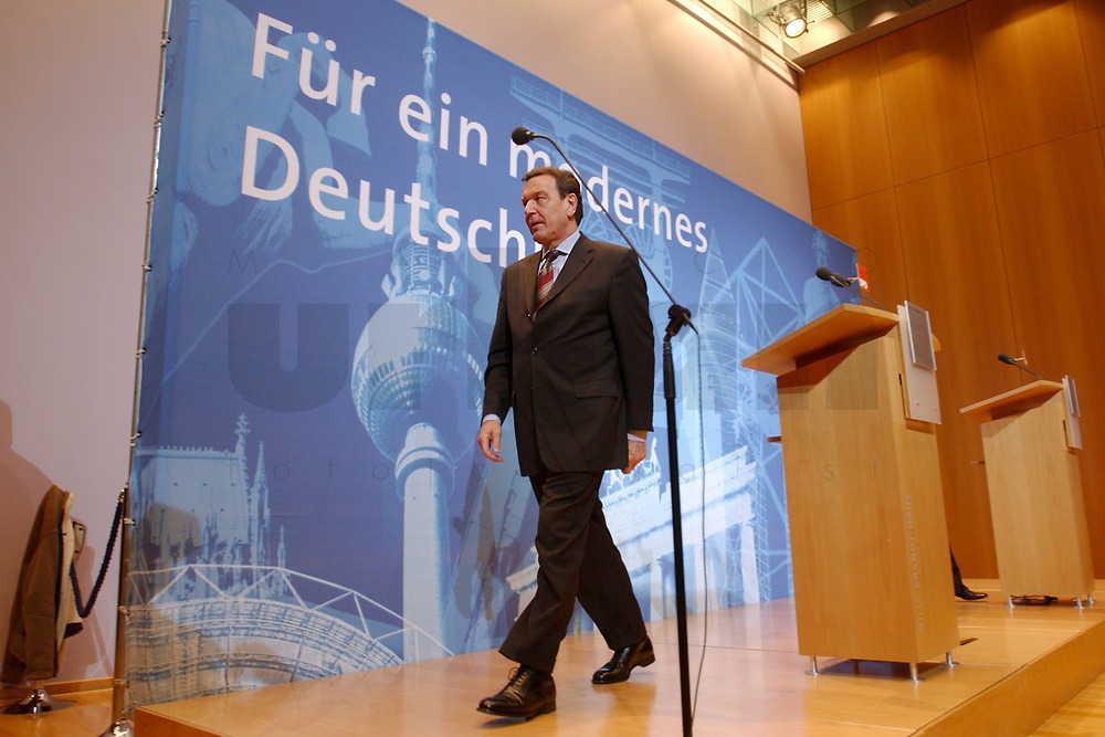 02 DEC 2002, BERLIN/GERMANY:<br /> Gerhard Schroeder, SPD, Bundeskanzler, Pressekonferenz zur vorangegangenen Sitzung des SPD Praesidiums vor dem Schriftzug &quot;Fuer ein modernes Deutschland&quot;, Willy-Brandt-Haus<br /> IMAGE: 20021202-02-024<br /> KEYWORDS: Gerhard Schr&ouml;der