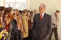 24 SEP 2002, BERLIN/GERMANY:<br /> Johannes Rau, Bundespraesident, trifft eine Schulklasse, die vor einem Empfang der Parteichefs der in den Bundestag gewaehlten Parteien einen kurzen Blick auf die Szene werfen darf, Schloss Bellevue<br /> IMAGE: 20020924-01-001<br /> KEYWORDS: Empfang, Schueler, Schüler
