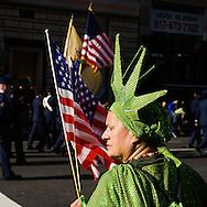 New York. veteran Day parade on fifth avenue, - United states  / defile des anciens combattants sur la 6em avenue, spectatrice deguisee en statue de la liberte , vert et flambeau  New York - Etats-unis