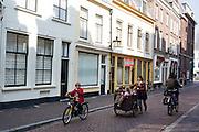 Een moeder loopt met een stel kinderen in de bakfiets door de Haverstraat in Utrecht.<br /> <br /> A woman is walking with a cargo bike full of children at the Haverstraat in Utrecht.
