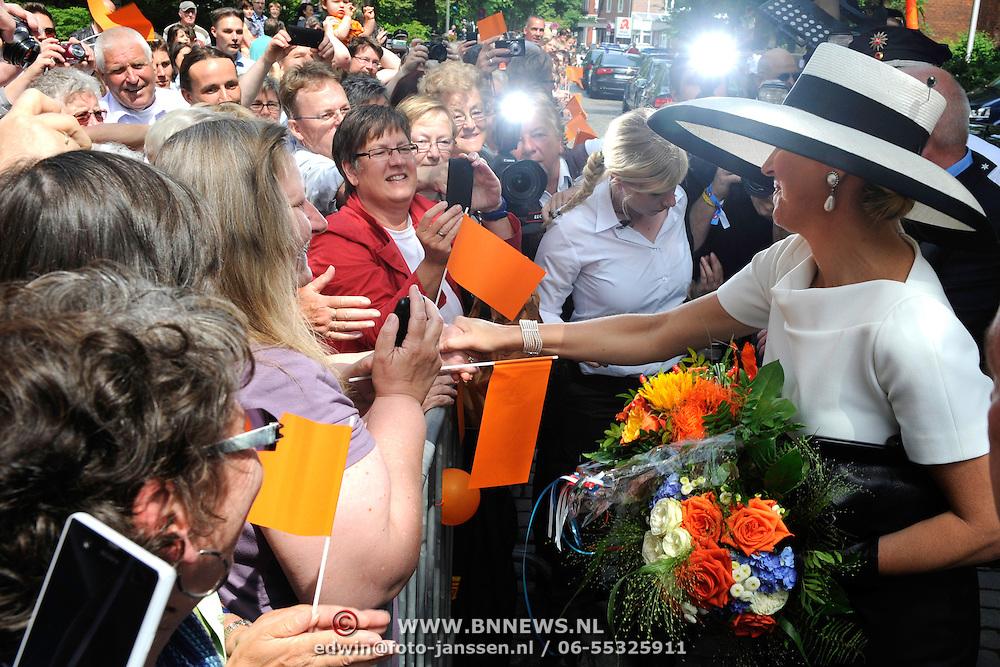 Koning en koningin bezoeken Nedersaksen. In het duitse Leer krijgt Koningin Maxima uitleg over de campagne Frische ist Leben<br /> <br /> King and Queen visit Niedersachsen. In the German town explain Queen Maxima the campaign Frische ist Leben<br /> <br /> op de foto / On the photo:  Koningin Maxima vertrekt / Queen Maxima Leaves