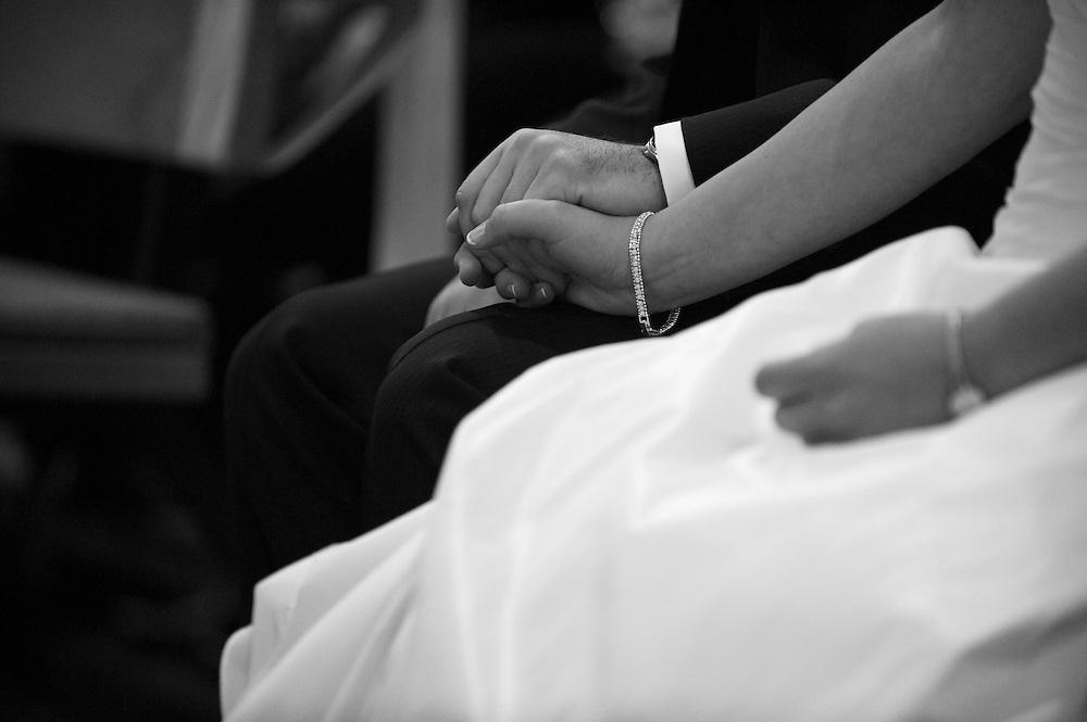 Das Brautpaar hält sich kurz vor der Trauung Zeremonie liebevoll die Hände.