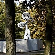 Nederland Otterlo 29 oktober 2008 20081029 Foto: David Rozing ..Herft tafereel, Jardin d'email van Jean Dubuffet in de beeldentuin van het Kröller-Müller Museum. Op de voorgrond bomen in herfstkleuren, op de achtergrond een boom als kunststuk van de  Jardin d'email.Het museum ligt midden in het Nationale Park de Hoge Veluwe..Fall in The Netherlands, the garden of the Kroller Muller museum. In the background is the object of art  Jardin d'email, by Jean Dubuffet..Foto: David Rozing