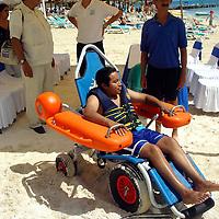 Toluca, Méx.- Presentacion de una silla anbifia la cual se pretende sirva a personas discapacitadas en la playas del puerto turistico de Cancun en el caribe Mexicano. Agencia MVT / Luis Miguel Barrera. (DIGITAL)<br /> <br /> NO ARCHIVAR - NO ARCHIVE