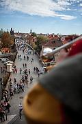 Trompeter kündigt die volle Stunde über der Prager Karlsbrücke an.