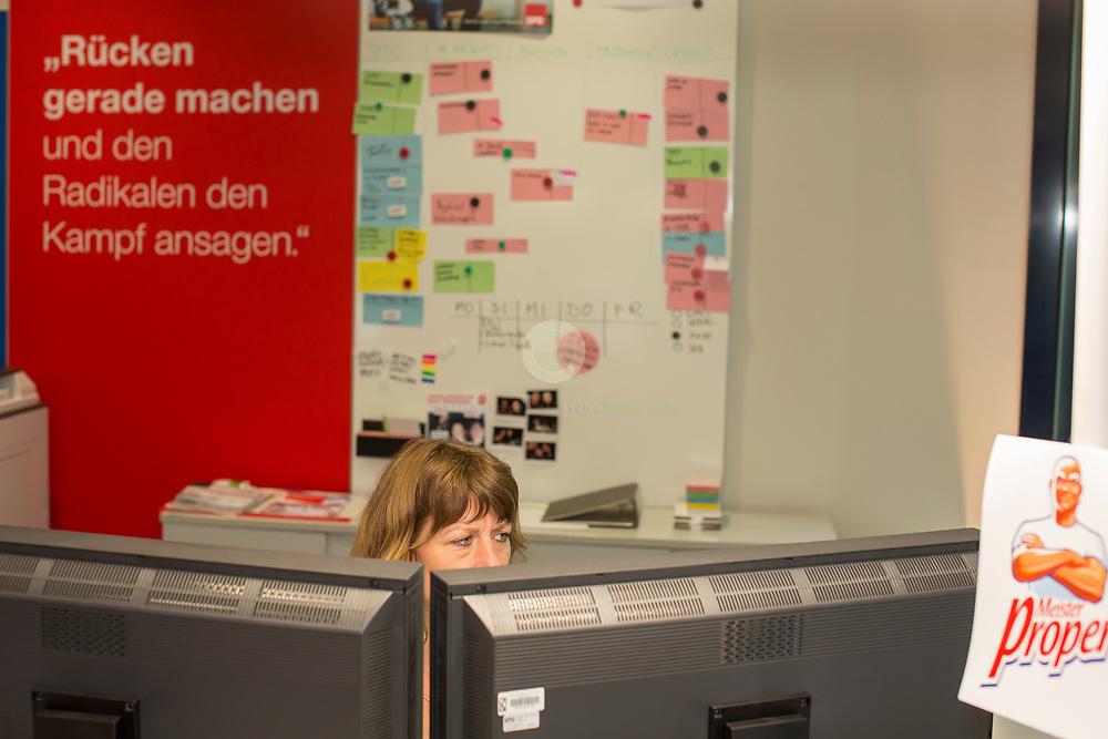 Zum Auftakt der heissen Wahlkampfphase stellt die SPD neue Kampagnenelemente im Willy-Brandt-Haus vor und laedt anschliessend Journalisten zu einem Kampa-Rundgang ein. Hier eine Mitarbeiterin an ihrem Kampa-Arbeitsplatz.