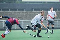AMSTELVEEN - Billy Bakker (Adam) met Koen Bijen (HCKZ) tijdens de hoofdklasse competitiewedstrijd mannen, Amsterdam-HCKC (1-0).  COPYRIGHT KOEN SUYK