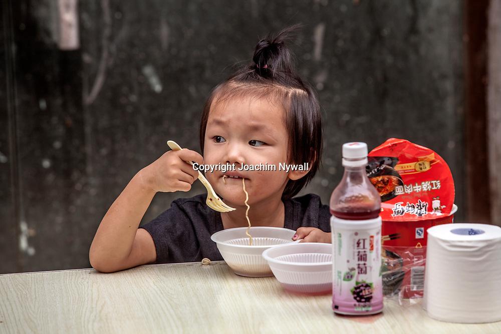 2011 08 Lijiang China Kina<br /> liten flicka &auml;ter nudlar p&aring; en lite restaurang<br /> ----<br /> FOTO : JOACHIM NYWALL KOD 0708840825_1<br /> COPYRIGHT JOACHIM NYWALL<br /> <br /> ***BETALBILD***<br /> Redovisas till <br /> NYWALL MEDIA AB<br /> Strandgatan 30<br /> 461 31 Trollh&auml;ttan<br /> Prislista enl BLF , om inget annat avtalas.
