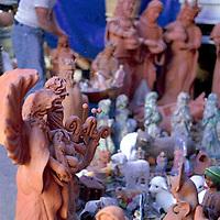 Toluca, Méx.- Artesano de Metepec elabora figuras de barro gigantes relacionadas al nacimiento de Jesús, los reyes magos y animales entre sus artesanias ante la vispera de la navidad. Agencia MVT / Basilio Nuñez Durán.
