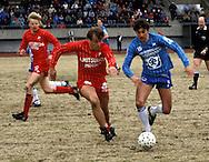 05.05.1985, Pori.SM-sarja, Porin Pallo-Toverit v Kemin Palloseura.Timo Tammela (KePS) v Jorma Heinonen (PPT).©Juha Tamminen