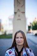 """Schriftstellerin und Stipendiatin des Prager Literaturhauses Fr. Tanja Dückers an der """"Orionka"""" Stele in Prag."""