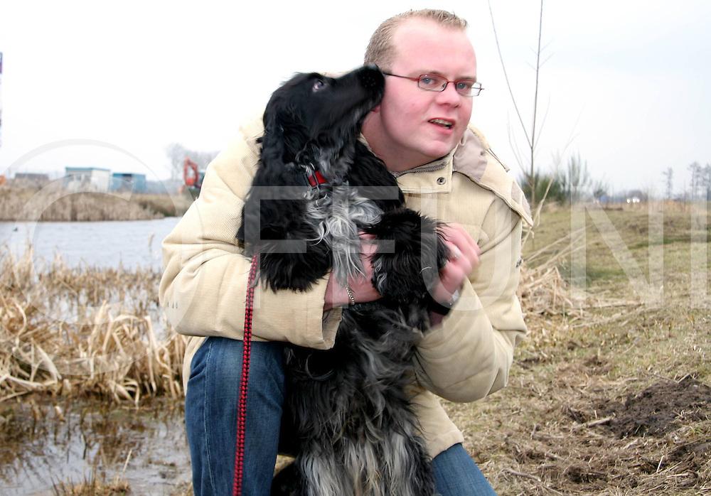 060317, hardenberg, ned<br /> Martijn Jongsma  heeft afgelopen zondag het hondje De Kock uit het water gered omdat hij door het ijs was gezakt en daar is de hond De Kock hem nog heel dankbaar voor,<br /> fotografie frank uijlenbroek&copy;2006 jasper van der zwan