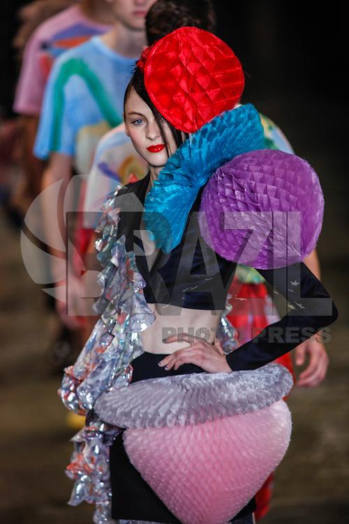 SAO PAULO, SP, 16 JUNHO 2012 - SPFW DESFILE  AMAPO - Desfile da grife Amapo durante a 33ª edição da São Paulo Fashion Week 2012 ( SPFW ), desfile da coleção Verão 2013, realizado em um ferro velho no bairro da Mooca em São Paulo (SP), neste sábado, 16. (FOTO: WILLIAM VOLCOV / BRAZIL PHOTO PRESS).
