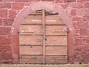 Kellertür in Sandsteinsockel eines alten Hauses, Amorbach, Naturpark Bergstraße-Odenwald, Bayern, Deutschland | old cellar door, Amorbach, Bavaria, Germany