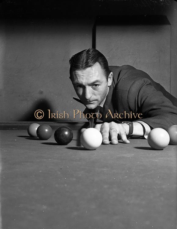 10/12/1952<br /> 12/10/1952<br /> 10 December 1952<br /> Sean Jordan at Billiard Saloon, possibly on Abbey Street, Dublin.  for The People.