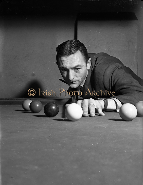 10/12/1952<br /> 12/10/1952<br /> 10 December 1952<br /> Sean Jordan at Billiard Saloon, possibly on Abbey Street, Dublin.  for The People.
