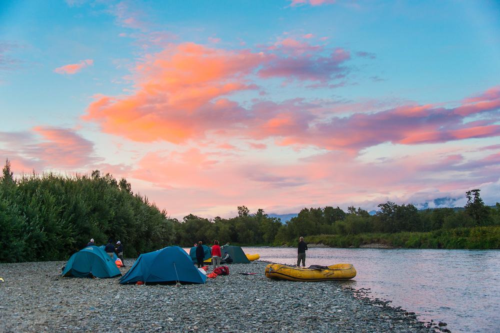 Rosa Wolkenhimmel über den Bystraya Fluss