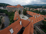 Cesky Krumlov, Krumau/Tschechische Republik, Tschechien, CZE, 25.07.2008: Die staatliche Burg und das Schloß von Cesky Krumlov (Böhmisch Krumau/ Krumau) . Die Hochschätzung dieses Ortes durch inländische und ausländische Experten führte allmählich zur Aufnahme in die höchste Stufe des Denkmalschutzes. Im Jahre 1963 wurde die Stadt zum Stadtdenkmalschutzgebiet erklärt, im Jahre 1989 wurde das Schloßareal zum nationalen Kulturdenkmal erklärt und im Jahre 1992 wurde der ganze historische Komplex ins Verzeichnis der Denkmäler des Kultur- und Naturwelterbes der UNESCO aufgenommen.<br /> <br /> Cesky Krumlov/Czech Republic, CZE, 25.07.2008: The State Castle of Cesky Krumlov, with its architectural standard, cultural tradition, and expanse, ranks among the most important historic sights in the central European region. Building development from the 14th to 19th centuries is well-preserved in the original groundplan layout, material structure, interior installation and architectural detail. Situated on the banks of the Vltava river, the town was built around a 13th-century castle with Gothic, Renaissance and Baroque elements. It is an outstanding example of a small central European medieval town whose architectural heritage has remained intact thanks to its peaceful evolution over more than five centuries.