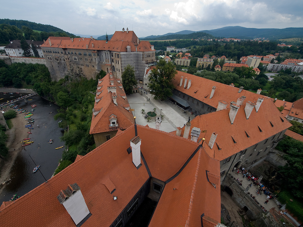 Cesky Krumlov, Krumau/Tschechische Republik, Tschechien, CZE, 25.07.2008: Die staatliche Burg und das Schloß von Cesky Krumlov (Böhmisch Krumau/ Krumau) . Die Hochschätzung dieses Ortes durch inländische und ausländische Experten führte allmählich zur Aufnahme in die höchste Stufe des Denkmalschutzes. Im Jahre 1963 wurde die Stadt zum Stadtdenkmalschutzgebiet erklärt, im Jahre 1989 wurde das Schloßareal zum nationalen Kulturdenkmal erklärt und im Jahre 1992 wurde der ganze historische Komplex ins Verzeichnis der Denkmäler des Kultur- und Naturwelterbes der UNESCO aufgenommen.<br /> <br /> Cesky Krumlov/Czech Republic, CZE, 25.07.2008: The State Castle of Cesky Krumlov, with its architectural standard, cultural tradition, and expanse, ranks among the most important historic sights in the central European region. Building development from the 14th to 19th centuries is well-preserved in the original groundplan layout, material structure, interior installation and architectural detail. Situated on the banks of the Vltava river, the town was built around a 13th-century castle with Gothic, Renaissance and Baroque elements. It is an outstanding example of a small central European medieval town whose architectural heritage has remained intact thanks to its peaceful evolution over more than five centuries.