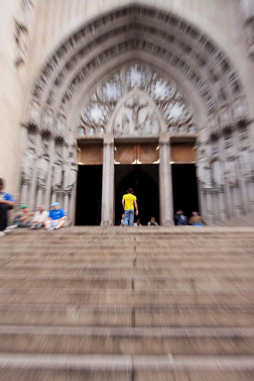 Sao Paulo_SP, Brasil...Homem entrando na Catedral Metropolitana de Sao Paulo ou Catedral da Se em Sao Paulo...The man entering in the Metropolitan Cathedral of Sao Paulo...Foto: MARCUS DESIMONI / NITRO