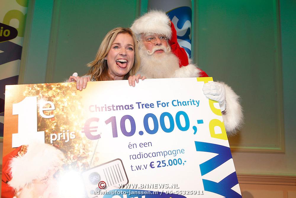 NLD/Hilversum/20121207 - Skyradio Christmas Tree, winnares Daphne Lammers met haar gewonnen prijs