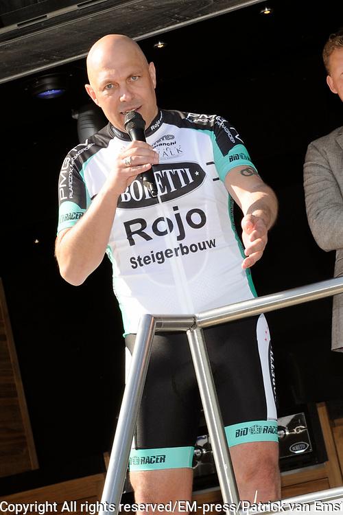 Ploegvoorstelling Sterrenfietsteam 2012 bij Boretti, Amsterdam Noord. Het Sterrenfietsteam fiets geld bij elkaar voor het goede doel.<br /> <br /> Op de foto: Gert Jacobs