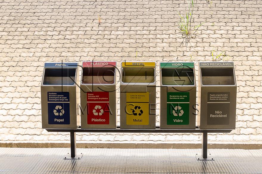 Lixeiras para coleta seletiva na Estação Patriarca do Metrô - Linha 3 Vermelha, São Paulo - SP, 10/2014.