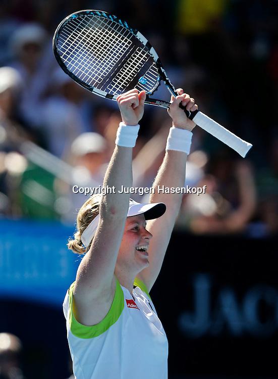 Australian Open 2012, Melbourne Park,ITF Grand Slam Tennis Tournament, Kim Clijster (BEL) streckt die Arme hoch und jubelt nach ihrem Sieg,.Jubel,Emotion,Einzelbild,Halbkoerper,Hochformat,