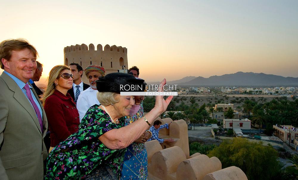 NAKHAL - Koningin Beatrix, prins Willem-Alexander en prinses Maxima brengen een bezoek aan Fort Nakhal op de tweede dag van het staatsbezoek aan Oman. ANP ROYAL IMAGES ROBIN UTRECHT