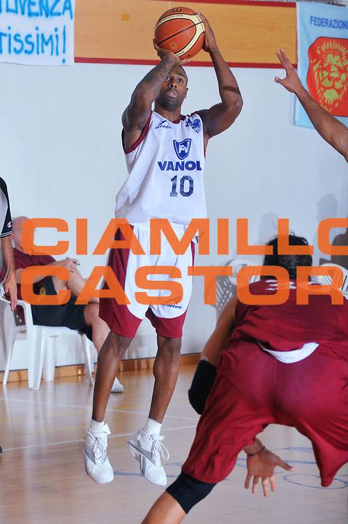 DESCRIZIONE : San Stino di Livenza Venezia Lega A 2009-10 Amichevole Vanoli Basket Cremona Reyer Venezia<br /> GIOCATORE : Troy Bell<br /> SQUADRA : Vanoli Basket Cremona<br /> EVENTO : Campionato Lega A 2009-2010 <br /> GARA :  Vanoli Basket Cremona Reyer Venezia<br /> DATA : 05/09/2009<br /> CATEGORIA :  Tiro Three points<br /> SPORT : Pallacanestro <br /> AUTORE : Agenzia Ciamillo-Castoria/M.Gregolin