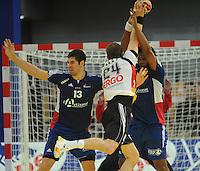 Handball EM Herren 2010 Hauptrunde Deutschland - Frankreich 24.01.2010 Nikola Karabatic (links) und Cedric Sorhaindo (rechts beide FRA) gegen Michael Haass (GER Mitte)