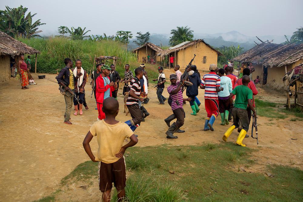 Nyambembe, Congo<br /> <br /> En av rebell gruppen RM, Raia Mutomboki, f&auml;sten &auml;r i byn Nyambembe.<br /> H&auml;r sjunger och dansar man f&ouml;r att soldaterna ska f&aring; kraft och styrka.<br /> <br /> Photo: Niclas Hammarstr&ouml;m